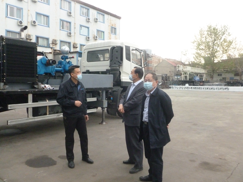 Binzhou city senior vestibule school party secretary and the principal shu-lin wang and deputy secretary of party committee Meng Weizan to my factory research drill production work